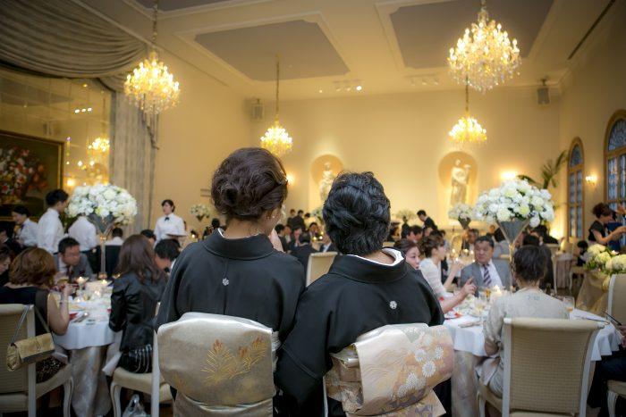 結婚式に正礼装を着て参列するご家族