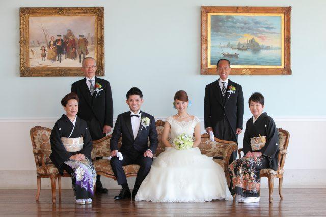 結婚式で衣装を着て写真を撮るご家族
