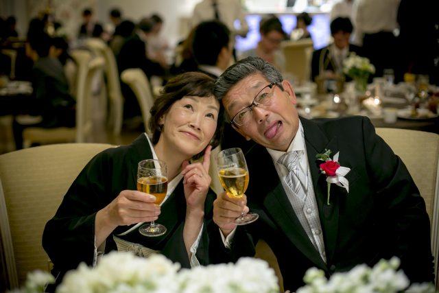 結婚式を楽しむご両親様
